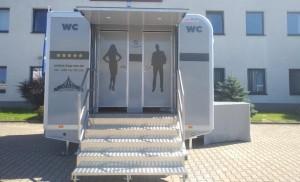 sanitární přívěs L, luxusní splachovací mobilní toalety, vakuový systém JETS, pronájem Štefek (4)